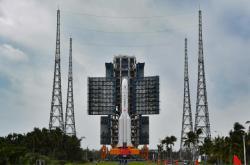 Raketa Dlouhý pochod připravená na rampě