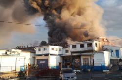 Hasiči  likvidují požár haly společnosti Nowaco v Kralupech