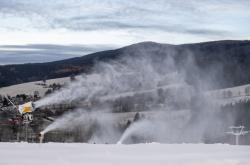 Skiareál Deštnév Orlických horách na Rychnovsku postupně zasněžuje sjezdovky před zahájením sezóny
