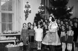 Vánoční nadílka dětem zaměstnanců Kanceláře prezidenta republiky na Pražském hradě.(prosinec 1945)