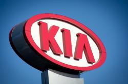 Poutač dealera automobilů značky Kia v San Diegu