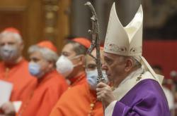 Papež František při mši s kardinály