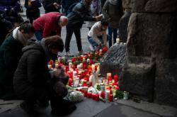 Lidé zřídili pomník nedaleko místa tragédie