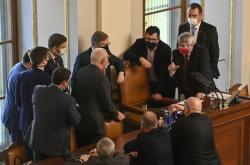 Poslanci jednají o přerušení schůze