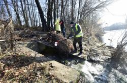 Inspektoři z ČIŽP odebrali vzorky vody z výpusti ve Valašském Meziříčí-Juřince