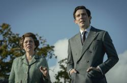 Olivia Colman (Alžběta II.) a Josh O'Connor (princ Charles) v seriálu Koruna
