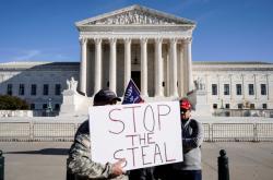 Trumpovi příznivci před Nejvyšším soudem s nápisem zastavte krádež