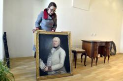 Kastelánka zámku v Raduni ukazuje předměty z původního mobiliáře