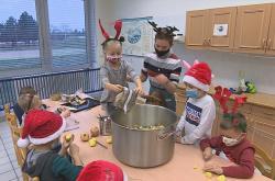 Děti vaří polévku pro lidi bez domova