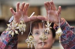 Ruční výroba vánočních ozdob z foukaných perel v Poniklé