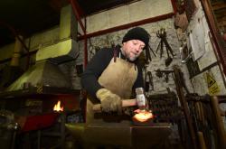 Umělecký kovář Jiří Jurda ve své přerovské dílně pokračuje ve výrobě kovového kříže, který bude na městském hřbitově v Lipníku nad Bečvou připomínat oběti první světové války