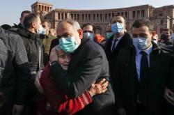 Nikola Pašinjan při vzpomínkové akci, pořádané kvůli zemřelým vojákům