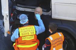 Ve Francii pomáhají s testováním také hasiči