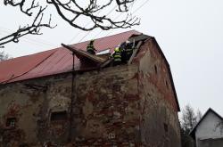Hasiči odstraňují škody po silném větru na Vysočině