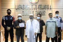 Bashir (třetí zleva) před propuštěním z vězení