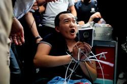 Novinář Fu Kuo-chao napadený demonstranty na hongkongském letišti v srpnu 2019