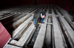 Řemeslníci odkryli konstrukci podlahy obrazárny kroměřížského zámku