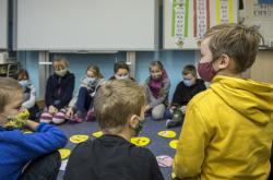 Ilustrační fotografie: Děti ve škole v rouškách