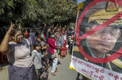 Protesty v Myanmaru pokračují již několik dní. Demonstranti se domnívají, že převzetí moci armádou nemůže být v demokratické zemi akceptovatelné