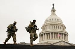 Členové Národní gardy u Kapitolu během třetího dne procesu s Trumpem