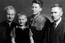Rodina Kelinova ( Alexej vedle maminky vlevo)