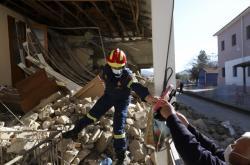 Střední Řecko zasáhlo zemětřesení. Následky ukazují fotografie z vesnice Damasi u města Larisa