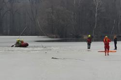Hasiči zasahují na rybníku v zámeckém parku v Žamberku