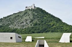 Zřícenina hradu Děvičky nad archeoparkem Pavlov