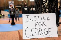 Demonstrace u příležitosti začítku procesu s Derekem Chauvinem