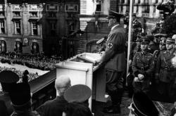 Adolf Hitler z terasy Hofbugu oznamuje anšlus Rakouska