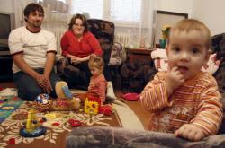 Vyměněné dívky si zvykají na nové rodiče, snímek z října 2007