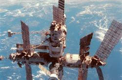 Mir vyfocený roku 1998 z amerického raketoplánu
