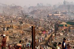 Následky požáru v táboře pro Rohingy
