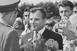 Jurij Gagarin na návštěvě Československa. Muž zády v uniformě je Emil Zátopek