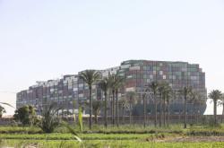 Loď Ever Given stojí v Suezském průplavu