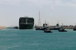 Obři kontejnerová loď se po osvobození vydala na další cestu