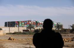 Uvolněná Ever Given pluje Suezským průplavem