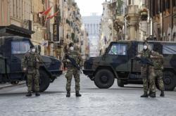 Italští vojáci hlídkují u římského náměstí Piazza del Popolo