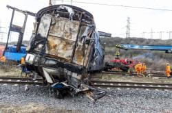 Oddělování lokomotiv po srážce dvou vlaků na Teplicku