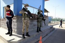 Vojáci hlídkující před budovou soudu v Sincanu