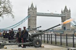 Britští vojáci salutovali zesnulému admirálovi. Philipa si připomněli na ostrovech, v Gibraltaru i Austrálii