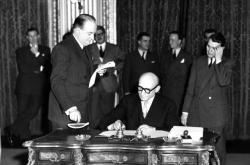 Robert Schuman při podpisu Pařížské smlouvy 18. dubna 1951