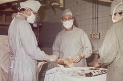 Richard Kania (uprostřed) na operačním sále