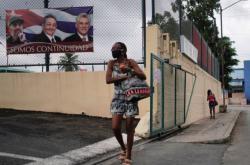 Plakát s Fidelem Castrem, jeho bratrem Raúlem a současným kubánským prezidentem Canelem