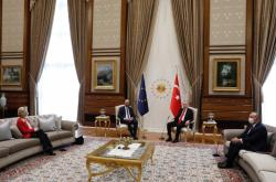 Recep Tayyip Erdogan, Charles Michel a Ursula von der Leyenová při jednání v Ankaře