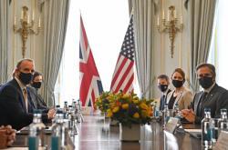 Britský ministr zahraničí Dominic Raab (vlevo) a jeho americký protějšek Antony Blinken (naproti němu)