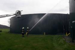 Hasiči při zásahu po výbuchu v bioplynové stanici v Dětřichově