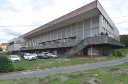 Chátrající budova bývalých městských lázní v Chomutově