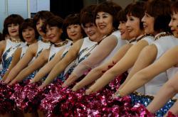 Japonské seniorky mládnou v tanečních kostýmech cheerleaders
