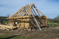 Archeoskanzen v Nasavrkách staví dům náčelníka